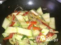 Приготовление кабачков с шампиньонами и овощами в Воке: шаг 7
