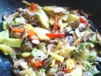 Приготовление кабачков с шампиньонами и овощами в Воке: шаг 9