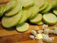 Приготовление омлета с кабачками и чесноком: шаг 1