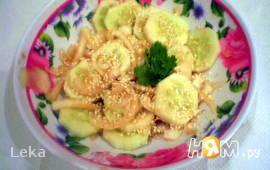 Салат с огурцом, кунжутом и имбирем