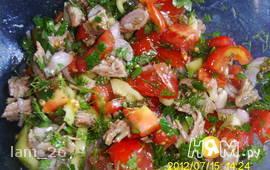 Салат с говядиной, помидором и сладким перцем