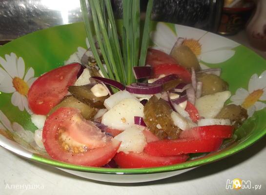 Салат с помидором, картофелем и соленым огурцом
