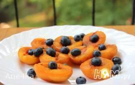 Запеченные абрикосы с голубикой