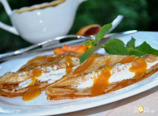 Блины с творожным кремом под персиковым соусом