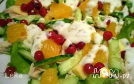 Салат с курицей и красной смородиной
