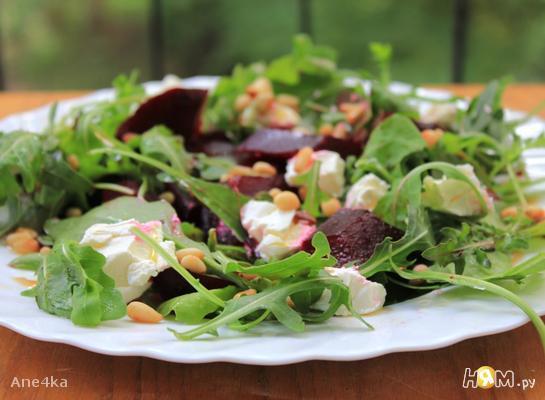 Рецепт Салат с печеной свеклой и козьим сыром