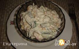 Салат с креветками, кукурузой и яйцами