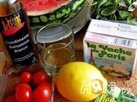 Приготовление салата с арбузом, черри, брынзой и мятой: шаг 1