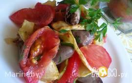 Теплый салат с куриными сердечками и овощами
