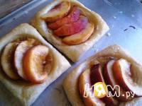 Приготовление слоеных пирожных с инжиром и персиками: шаг 8