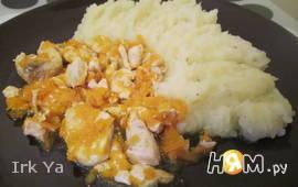 Курица тушеная с морковью в бульоне