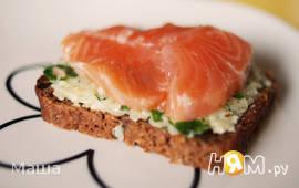 Бутерброд  с сыром, зеленью и красной рыбой