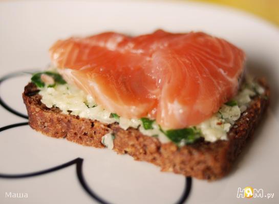 Рецепт Бутерброд с сыром, зеленью и красной рыбой
