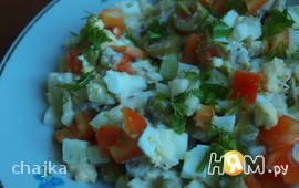 Салат с копченой скумбрией и яблоком