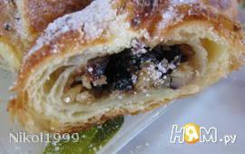 Слоеные пирожные с черносливом и орехами