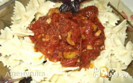 """Макароны """"Бантики"""" в соусе из томатов"""
