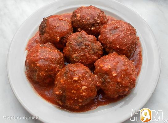 Мясные тефтели с рисом и овощами в томатном соусе