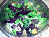 Приготовление куриных бедер в панировке с зеленью: шаг 2
