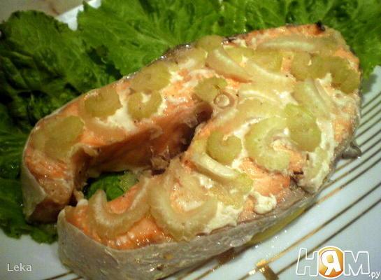 Семга, запеченная с сельдерем и лимоном