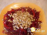 Приготовление салата со свеклой и грецким орехом: шаг 5