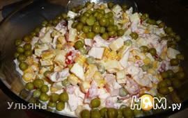 Салат с копченой куриной грудкой и помидором