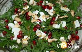 Зеленый салат с гранатом и фетой