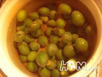Приготовление компота из фейхоа и ягод со специями: шаг 2
