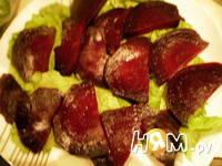 Приготовление салата со свеклой и сельдью под соусом: шаг 7