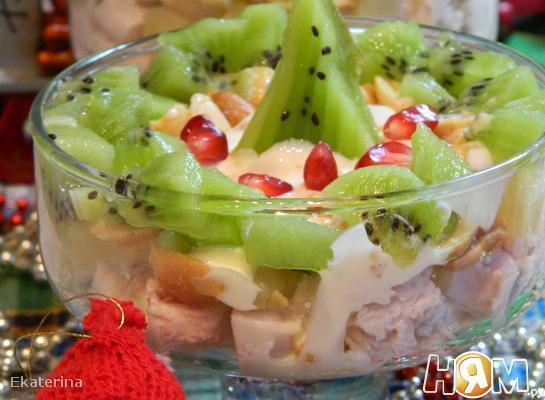 Салат  к Новому году с киви  и арахисом