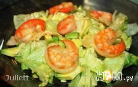 Зеленый салат с креветками в кляре