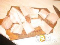 Приготовление запеченного хека на луковой подушке: шаг 1