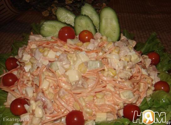 Рецепт Салат с копченой курицей и кукурузой