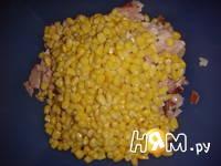 Приготовление салата с копченой курицей и кукурузой: шаг 2