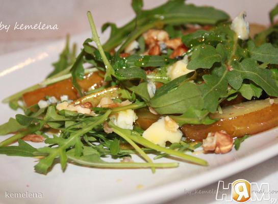 Теплый салат с грушей, рукколой, дор блю и медом