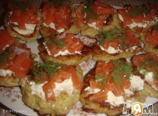 Картофельные оладьи с семгой