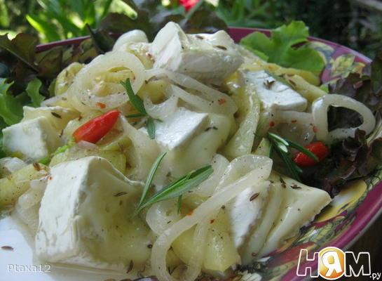 Сыр бри с маринованным луком