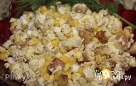 Салат с курицей, кукурузой, сухариками и сыром