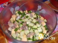 Приготовление салата из сельди с сухариками: шаг 4