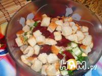 Приготовление салата из сельди с сухариками: шаг 7
