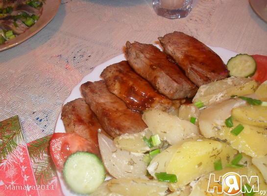 Свиные стейки под соусом с запеченым картофелем