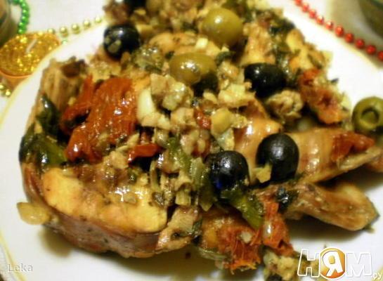 Кролик с маслинами, оливками  и беконом