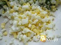 Приготовление салата с крабовыми палочками и рисом: шаг 3