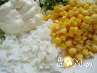 Приготовление салата с крабовыми палочками и рисом: шаг 4