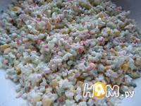 Приготовление салата с крабовыми палочками и рисом: шаг 5