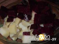 Приготовление салата со свеклой, сельдью и яйцом: шаг 2