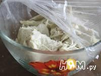 Приготовление слоеного салата с курицей и ананасами: шаг 3