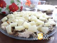 Приготовление слоеного салата с курицей и ананасами: шаг 10