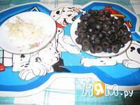 Приготовление салата из консервы, сыра и яйц: шаг 4