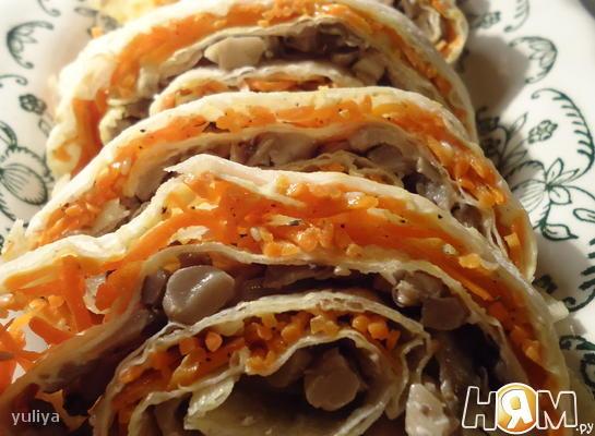 Рулет из лаваша с морковью и грибами