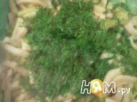 Приготовление салата с креветками, кальмарами: шаг 7